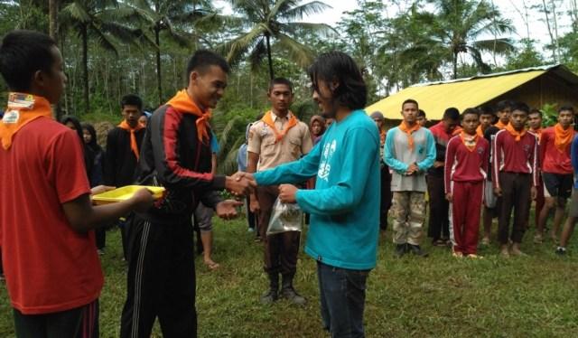 Foto: simbolis penyerahan bibit ikan kepada pengurus Curug Pletuk sebagai perwakilan warga (dokumen pribadi)