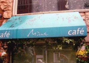 カフェのテントの屋根汚れが目立つと集客にも悪影響