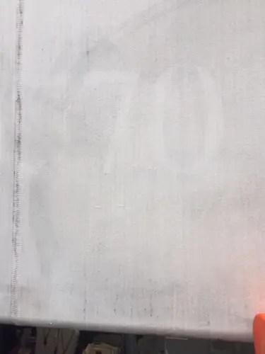 酸性雨と排気ガスで汚れた店のテント 大阪市のクリーニングサービス トリプルエス