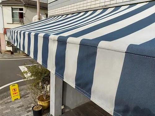 洗浄・乾燥後のテント表面を樹脂でコーティング