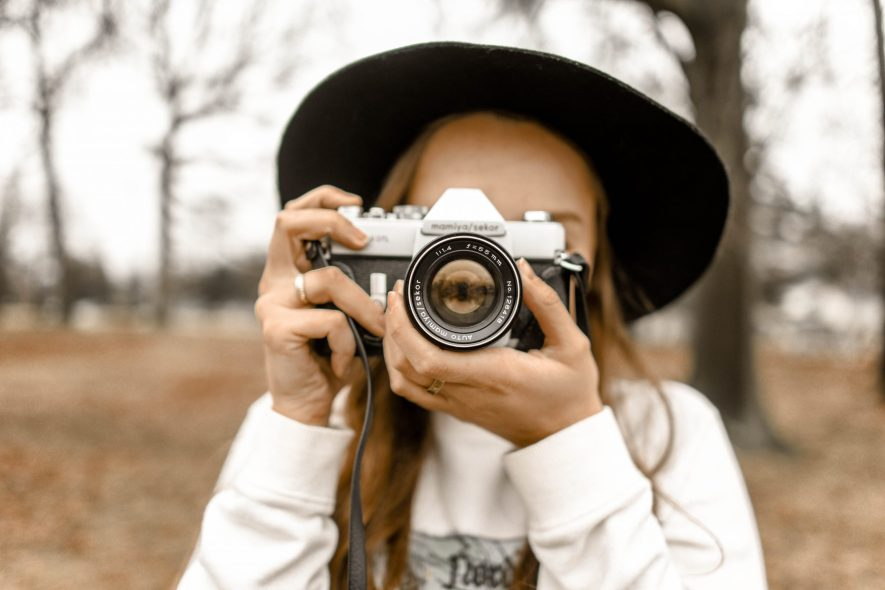 selective focus photography of woman using white and black 1051076 scaled - Accesorios