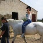Adolescente en sesión de Terapia con caballo