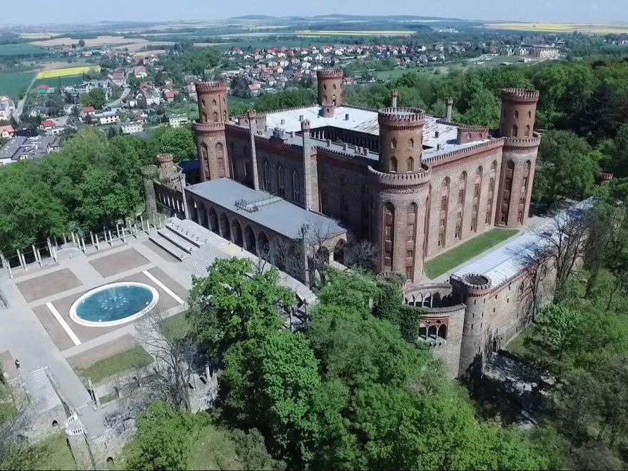 Kamieniecki pałac widziany z drona (WIDEO)