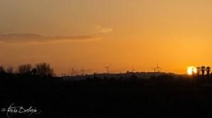 Il sole tramonta dietro al promontorio