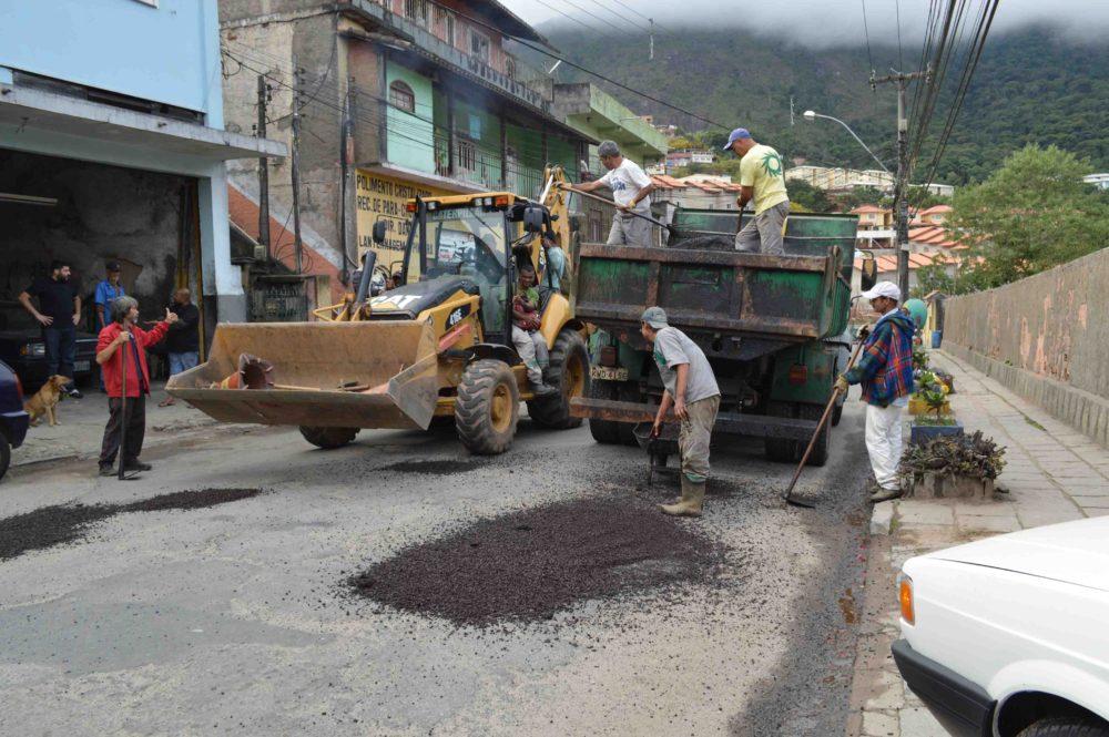 Operação tapa-buracos é retomada na zona urbana de Teresópolis