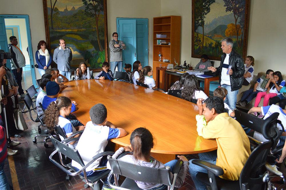 Alunos da Escola Rotary visitam Prefeitura