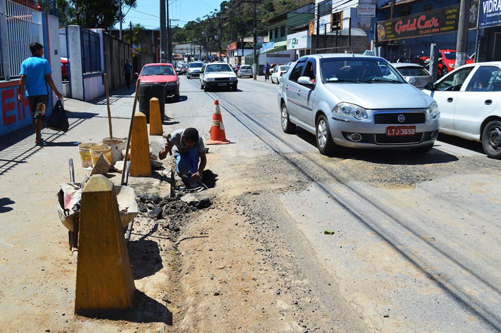 Prefeitura faz reparos em galeria e acerto de ralos na Rua Tenente Luiz Meirelles
