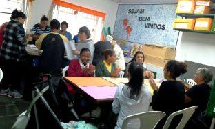 Alunas participam das oficinas gratuitas, no CRAS Fischer