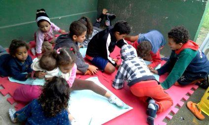 Crianças se divertem na recreação infantil, enquanto as mães estão nas oficinas