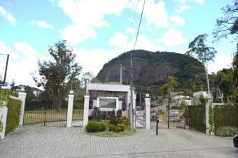 Área na granja Guarani, anexa à Pousada Terê Parque, é preparada pelos organizadores para a realização do festival Vinho nas Alturas