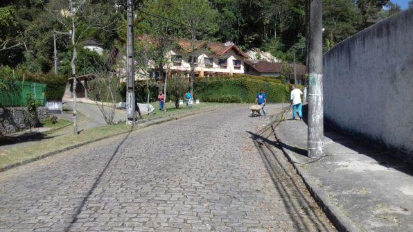 Capina e limpeza na Praça Heloisa Helena dos Santos, no Comary