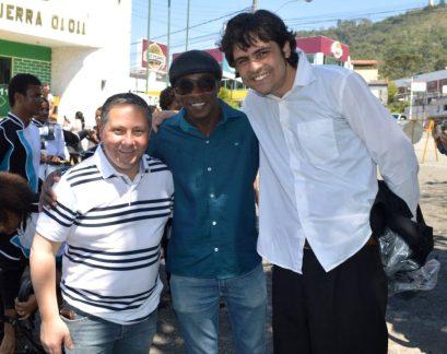 Prefeito em exercício Sandro Dias com os maestros Val França e Edmilson Lima, das bandas do Cedal e Reciclarte