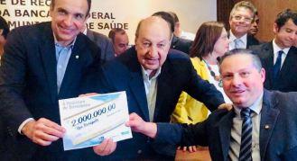 Prefeito Sandro Dias (à direita) com os deputados federais Hugo Leal e Simão Sessim: R$ 2 milhões para a UPA Teresópolis
