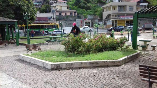Limpeza da praça em frente ao Tiro de Guerra