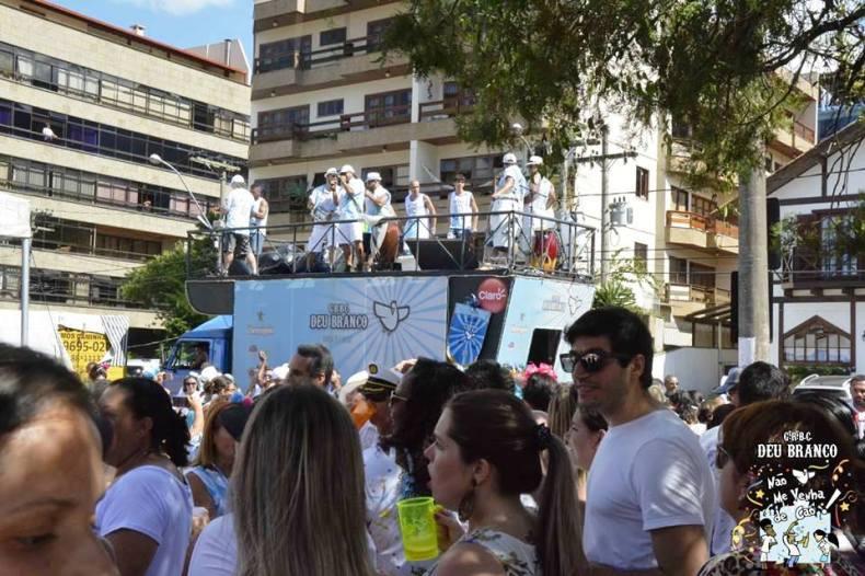 Desde 2015, o Bloco Carnavalesco Deu Branco arrasta os foliões na Feirinha de Teresópolis