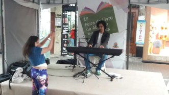 Rebeca se diverte com show de Bruno Fonseca