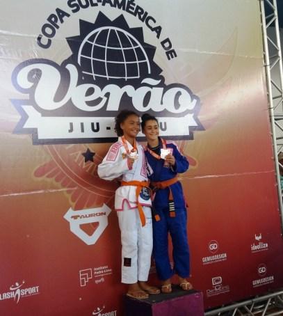 No pódio da categoria 13 anos a medalha de Prata Rapha Ribeiro, de Guarujá/São Paulo, com a medalha de Ouro Ana Beatriz Pinheiro, do projeto Nova Geração/Teresópolis