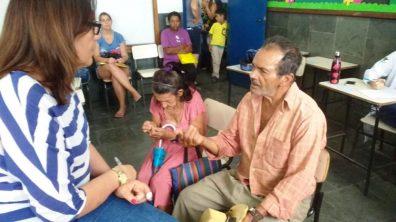 Assistente social do CRAS Alto durante atendimento, em Vieira