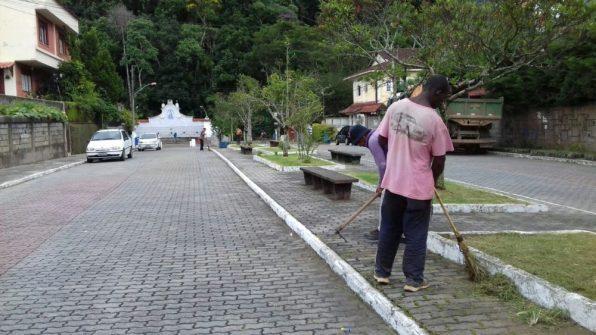 Funcionários municipais executam limpeza dos canteiros localizados no acesso a Fonte Judith
