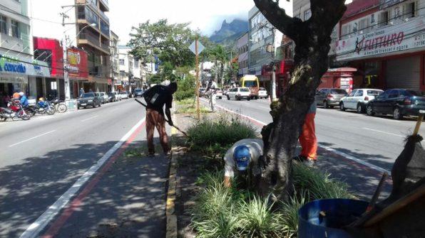 Equipes da Sec. de Serviços Públicos realizam trabalhos de roçada, poda de árvores e varrição na Reta