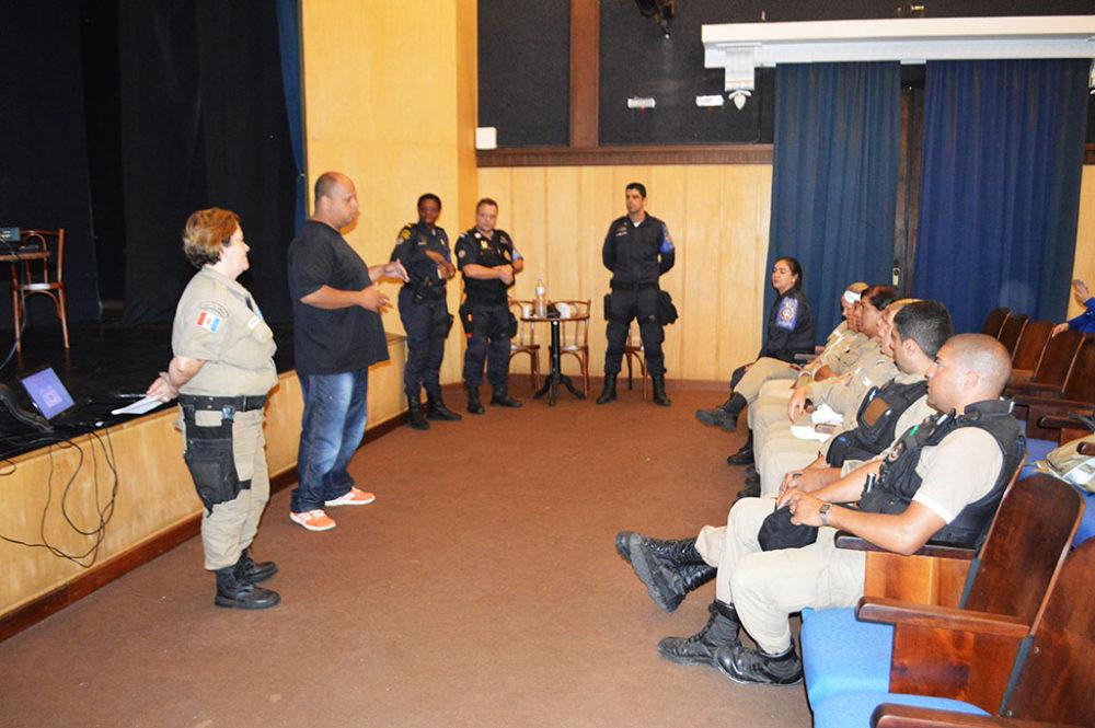 Gil Wellington, subsecretário de Segurança Pública, e Jânia Gonçalves, guarda municipal da Ronda Escolar, dão as boas-vindas ao grupo de São Gonçalo