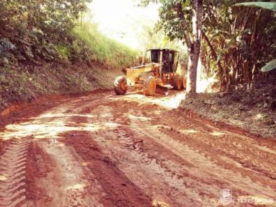 Equipe da Agricultura faz patrolamento em estrada no interior