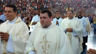Padre Gabriel, organizador do evento, e pároco Jorge Pacheco, decano da Diocese em Teresópolis, na missa do 30º Congresso Católico da Juventude