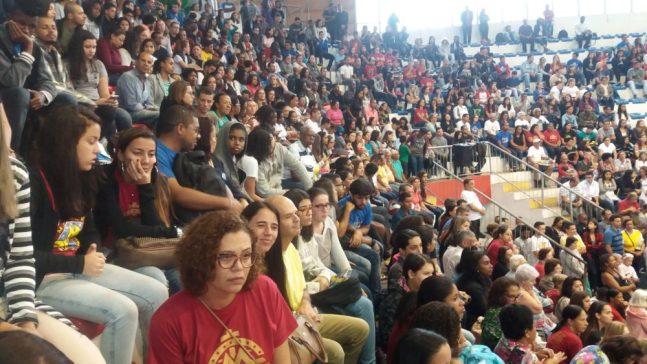 Grande número de fiéis participam do evento cristão no Ginásio Pedro Jahara