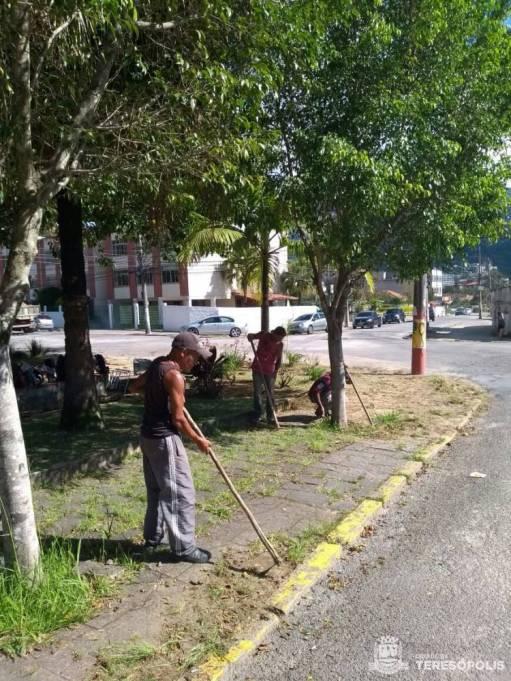 Manutenção da Praça Dom Quixote, em Araras, com equipe de Parques e Jardins