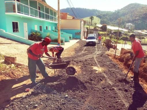 Na comunidade de Contendas, em Bonsucesso, equipe da Agricultura espalha fresa de asfalto na via