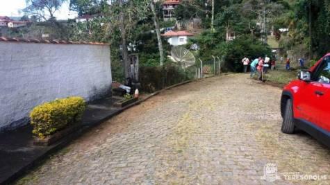 Trecho limpo de rua no Parque do Ingá após ação da equipe de Serviços Públicos