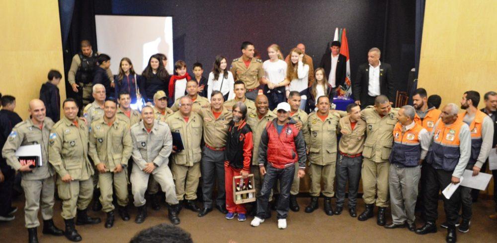 Prefeitura homenageia bombeiros militares e agentes de Defesa Civil por resgate de servidores soterrados