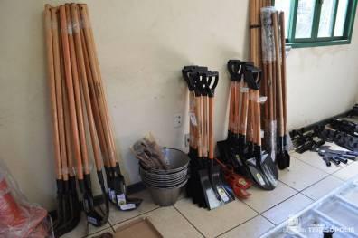 Parte das ferramentas usadas na manutenção das vias rurais