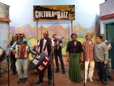 Participantes sobem ao palco para um pot-pourri junino