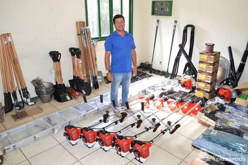 Secretário de Agricultura Zezinho Ferreira apresenta parte de ferramentas e equipamentos novos