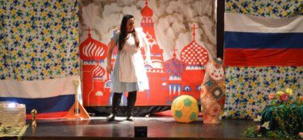 Alice conversa com a Matrioska, boneca típica da Rússia