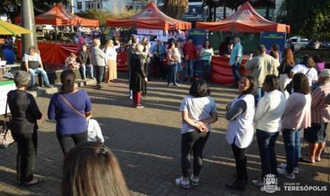 O poeta Hudson Fernandes declama para as expositoras da feira de artesanato
