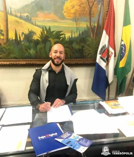 Prefeito Vinicius Claussen assina Termo de Cooperação com a Seja Digital