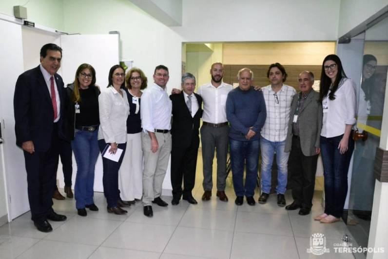 Rogério Abdalla, Secretário Mauro Botner, Arnoldo de Oliveira, Prefeito Vinicius Claussen e Vice-prefeito Dr. Ari com diretores do HCTCO