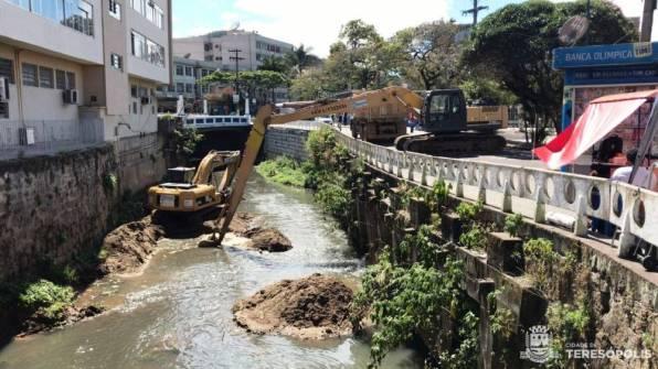 Limpeza do Rio Paquequer acontece na altura da Praça Olímpica, no centro da cidade