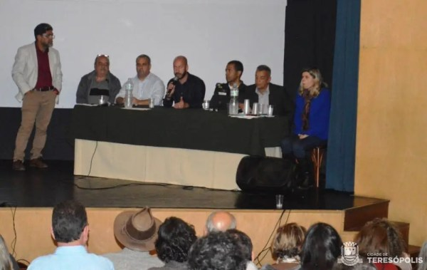 Prefeito Vinicius Claussen, ao microfone, ressalta a importância da participação da sociedade na audiência pública