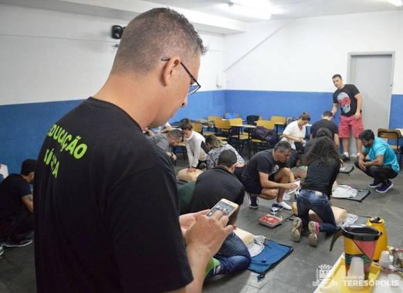 Professor Fábio Azevedo orienta os profissionais de Educação Física