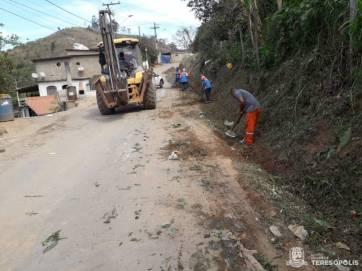 Estrada do Matadouro, no Fischer, recebe limpeza geral da prefeitura