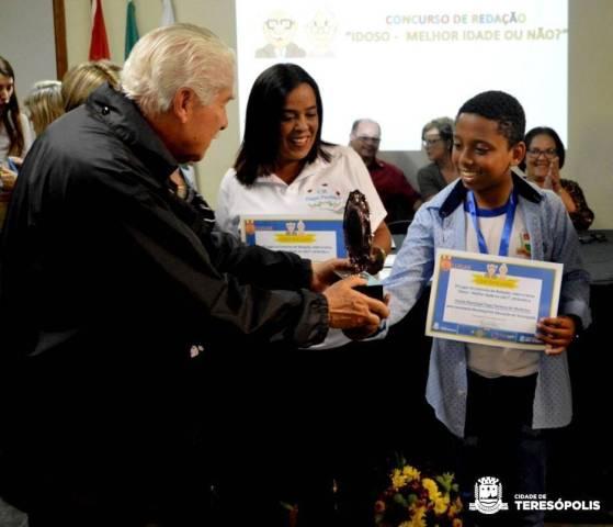 Aluno Joshua Quintanilha, da Escola Tiago Pacheco de Medeiros, recebe prêmio do concurso de redação
