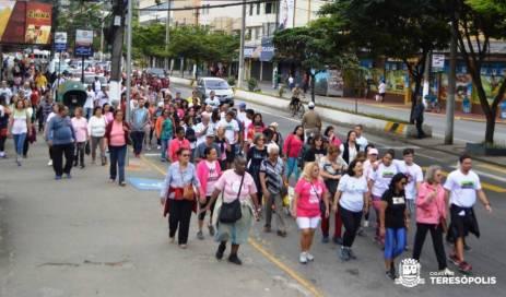 Adeptos da caminhada seguem o percurso do evento 'Movimenta Terê'