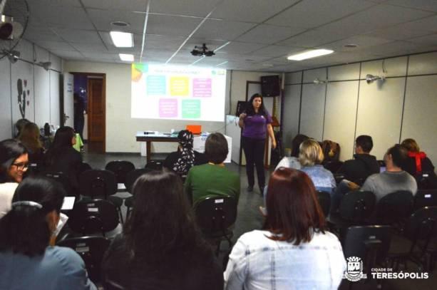Articuladora da plataforma virtual, Manuela Cardoso ensina a equipe técnica da Educação a usar o 'Conviva'