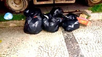 Lixo descartardo fora do horário da coleta é retirado na madrugada ou início da manhã