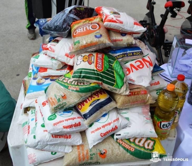 Parte dos alimentos arrecadados e que estão sendo separados para doação pela Secretaria de Esportes