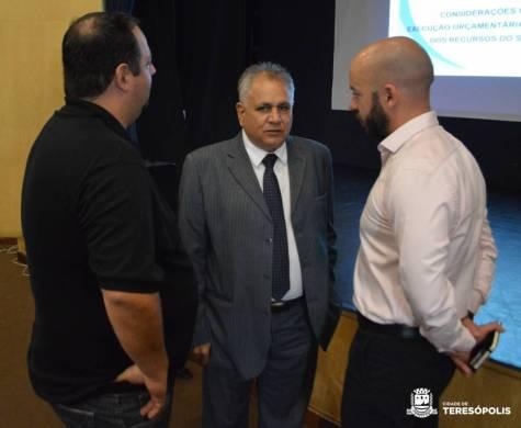 Prefeito Vinicius Claussen e FabianoLatini, subsecretário de Fazenda, recebem Mauro Lúcio da Silva, do COSEMS RJ, para palestra