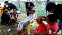 Ação social garante corte gratuito de cabelos, com atendimento de barbeiros voluntários